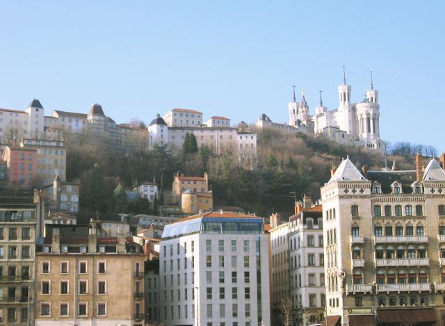 Vista di Notre Dame de Fourvière dal fiume Saona