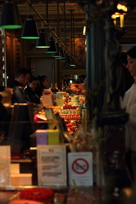 Interno del negozio di macarons Ladurée a Parigi