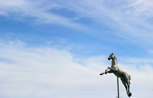 Il cavallo della giostra di cavalli ai piedi del Sacro Cuore a Montmartre, Parigi