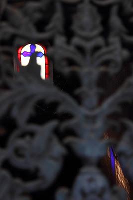 L'interno di una tomba con il riflesso del vetro colorato nel cimitero di Pére Lachaise a Parigi