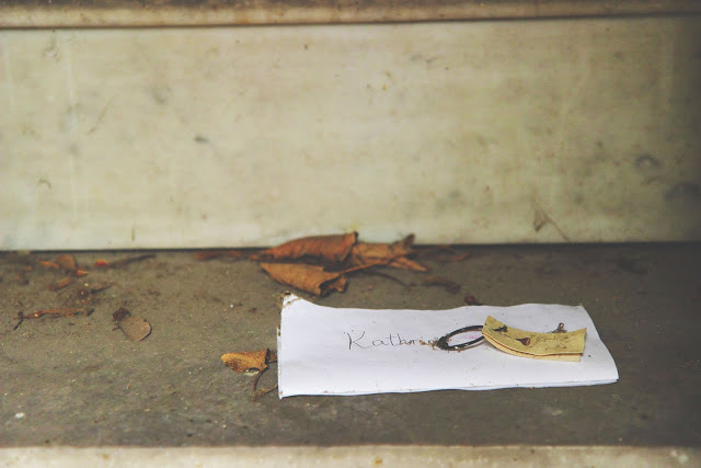 Una lettera lasciata in una tomba del cimitero di Pére Lachaise