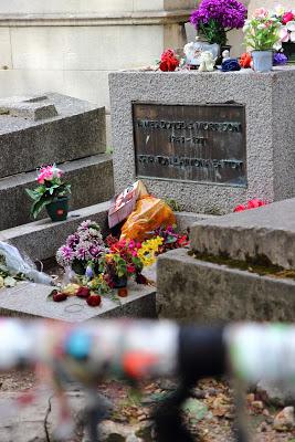 Tomba di Jim Morrison con i braccialetti dei fan nel cimitero di Pére Lachaise a Parigi