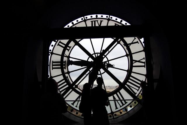 L'orologio al museo d'Orsay con vista sulla collina di Montmartre