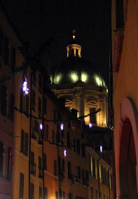 Vista notturna del Duomo di Brescia da un vicolo addobbato per Natale