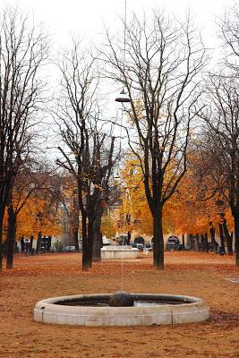 Fontana di Piazza Tebaldo Brusato a Brescia in autunno