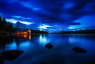 Paesaggio notturno con baita illuminata in Canada photo credit Tom Bricker