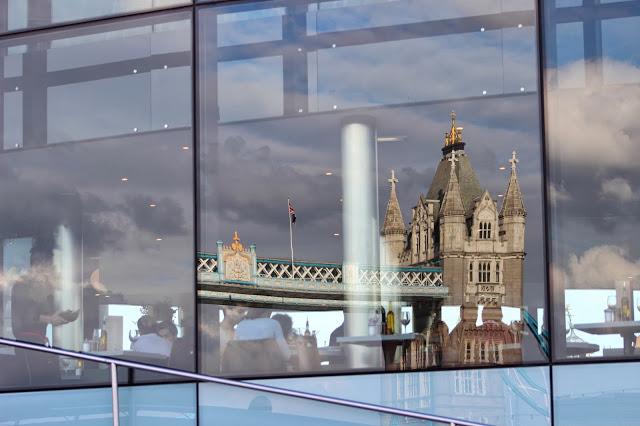 London Bridge riflesso in un palazzo sul Tamigi