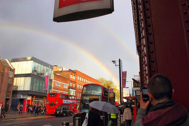 Arcobaleno fuori dalla stazione Waterloo a Londra