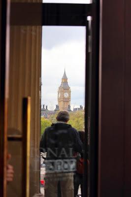 Il Big Ben riflesso in una porta della National Gallery