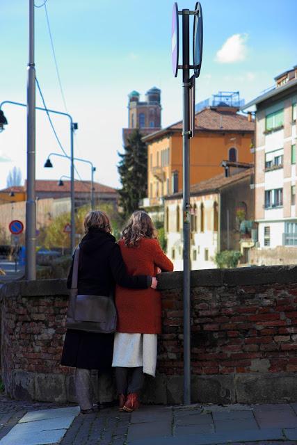 Due donne sul ponte di un canale di Padova