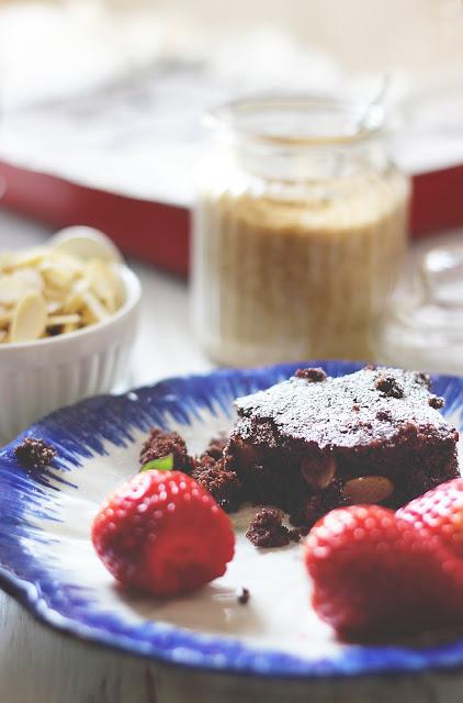 Fetta di brownies vegano al cioccolato con fragole