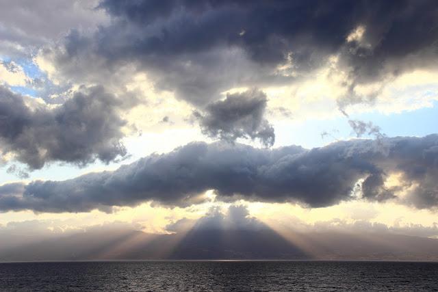 Costa della Sicilia al tramonto vista da Reggio Calabria
