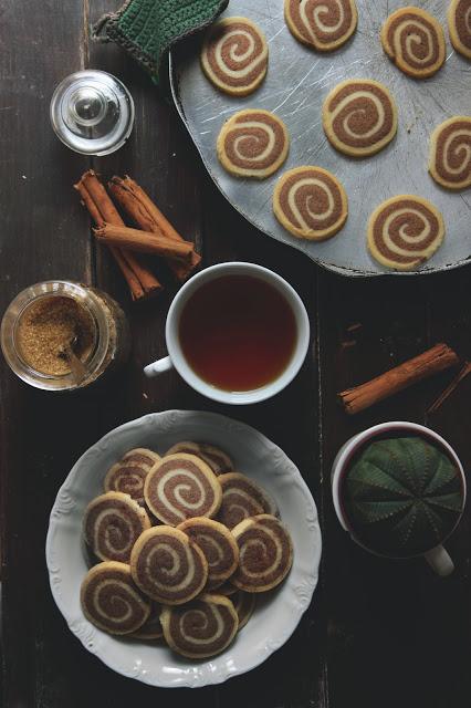 Biscotti cinnamon rolls alla cannella senza uova con tè