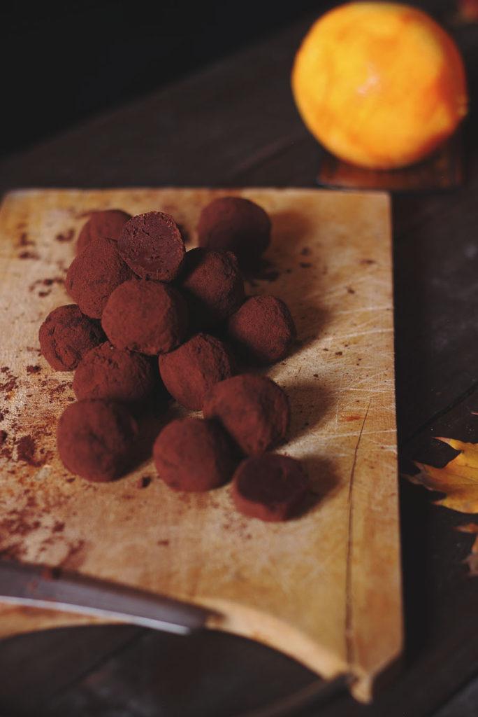 Tartufi anche vegan in due ingredienti al cioccolato e arancia