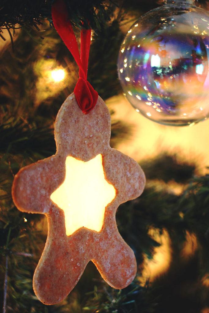 Decorazione albero di Natale con biscotti di vetro con caramella